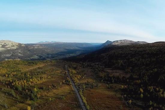 Tynset, Noruega: View to Tylldalen (1/3 way to the top, from a drone)