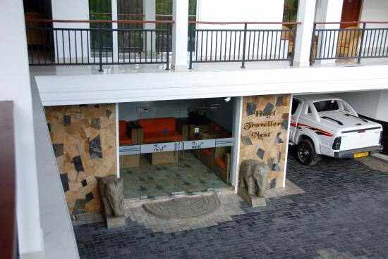 Hotel Travellers Nest: entrée de l'hôtel