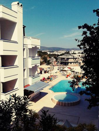 Sunpoint Suites Hotel: Вид из номера на бассейн