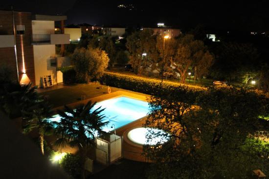 Hotel Villa Stella: Der pool bei Nacht