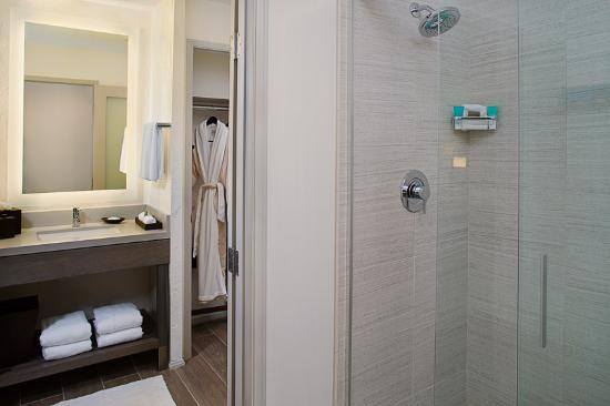Santa Barbara House by Hyatt: Guestbath with Shower