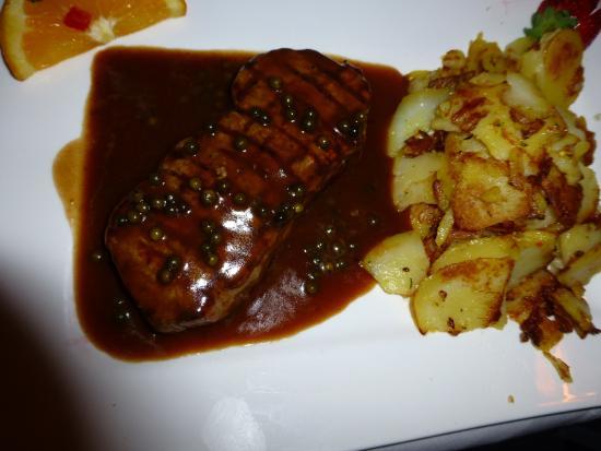 Süßen, Deutschland: Zartes Rumpsteak mit Pfeffer-Sauce und Bratkartoffeln