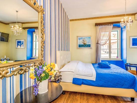 Captain's Apartments Photo