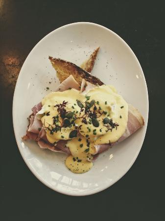 Moksha Caffe : Eggs Bennedict