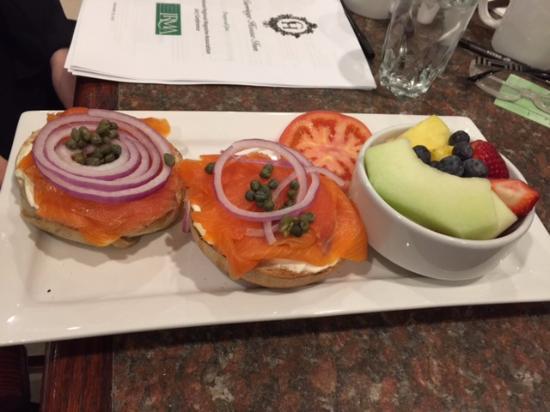 Carriage House Inn: Yummy salmon presentation!