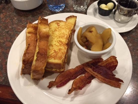 Carriage House Inn: The french toast is pretty much to die for!!