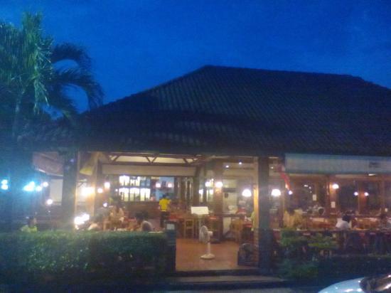 Krua Tungtong: Al fresco dining terrace ..