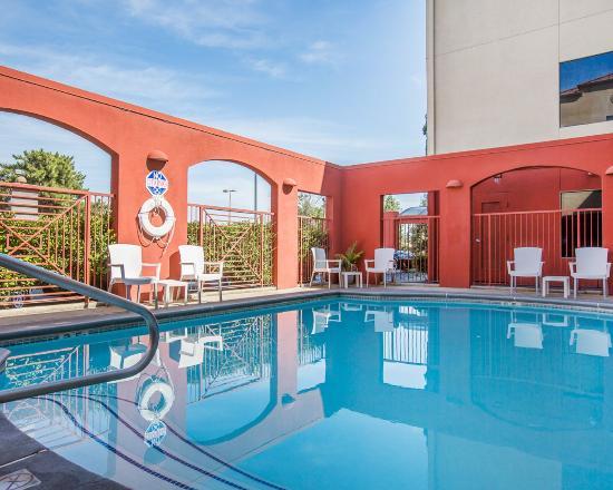 Quality Inn: Swimming Pool