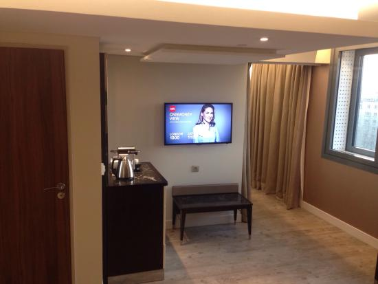8th floor corner suite modern with panoramic views for Hotel paris porte maillot