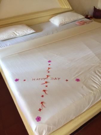 Sri Budhasa Ayurveda Resort: Blumengeschmücktes Bett