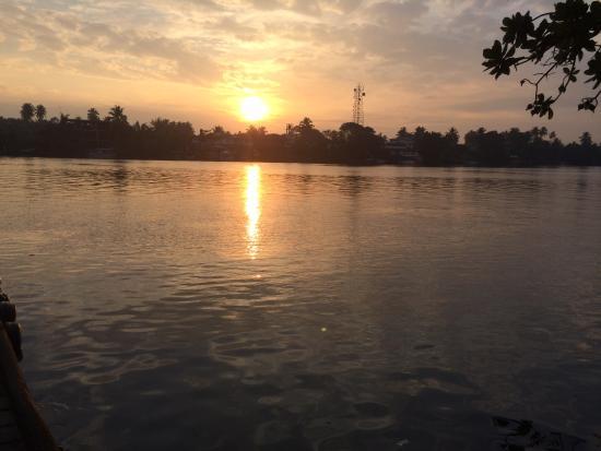 Sri Budhasa Ayurveda Resort: Sonnenaufgang über dem Fluss