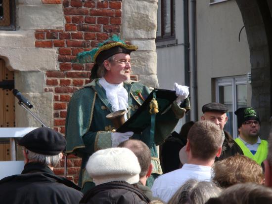 Ninove, Bélgica: Op 11 maart 2012 werd de Koepoort feestelijk heropend, met de Ninoofse belleman.