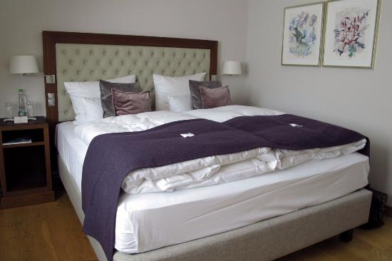 Waldhotel Stuttgart: Our very comfortable bed!
