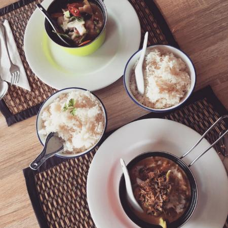 Raymond Terrace, ออสเตรเลีย: Green seafood curry and yellow vegetarian curry with coconut and plain rice.