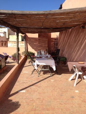 Riad Anne de Meknes: petit dej sur la terrasse du riad