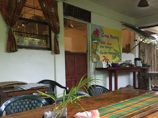 Hibiscus Valley Inn: Frukostverandan