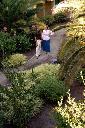 El Pueblo Inn: Enjoy our central garden
