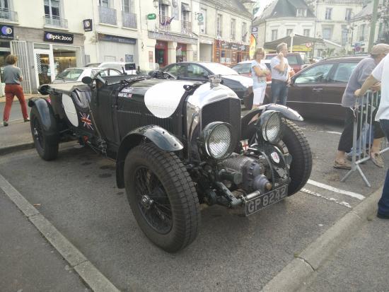 La Chartre-sur-le-Loir, Francia: Vintage Bentley at Hotel de France