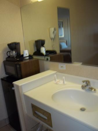 Howard Johnson Inn Virginia Beach: Vanity area with Microwave / Fridge / Coffee Maker