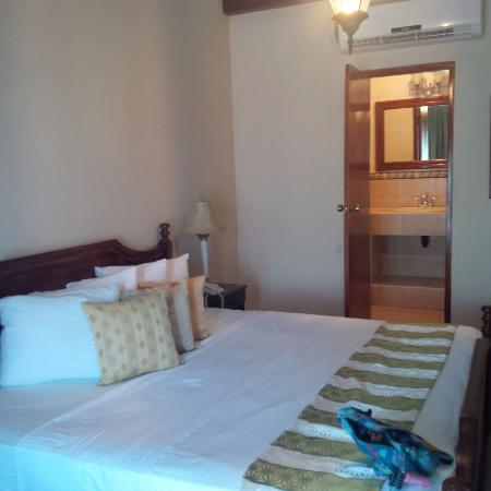 Hotel Alhambra: bed n bath