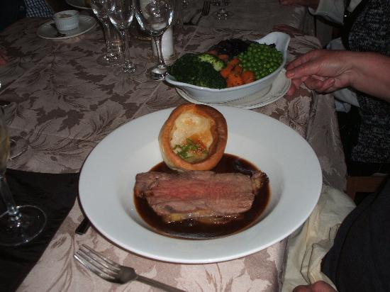 Beckingham, UK: Roast sirloin of beef and Yorskhire pudding at Sunday lunchtime
