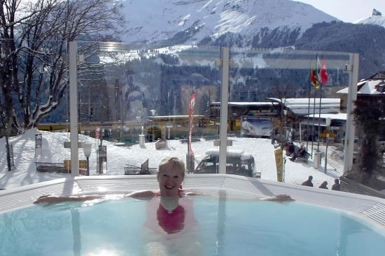 Hotel Silberhorn: Outdoor jacuzzi and train station