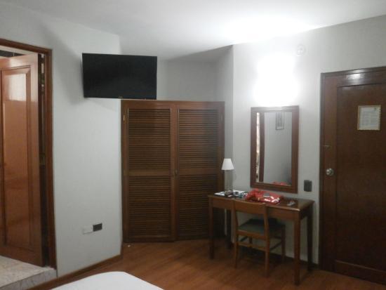 Hotel Continental: closet del dormitorio