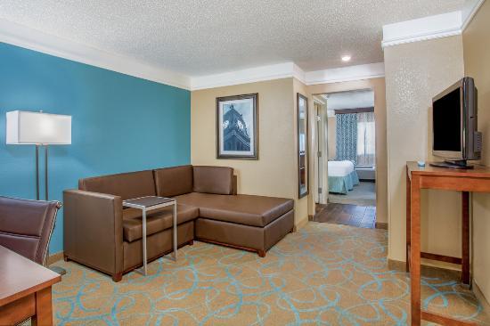 La Quinta Inn & Suites Elizabethtown: King Suite