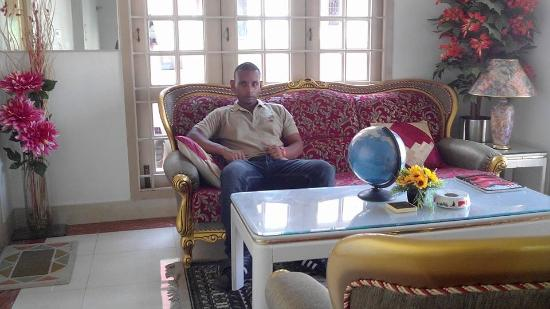 Pleasant Stay Guest House: fancy authentic Indian style sofa! i felt like i was in an Indian movie set!