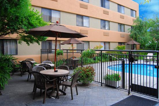 Oxford Suites Redding: Pool