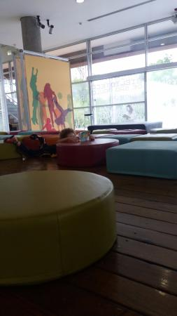 Biblioteca de São Paulo: Sofás e pufs na área infantil