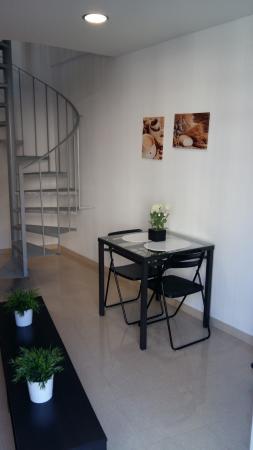 Charmsuites Nou Rambla Apartments: Entrada y escalera de subida a planta superior