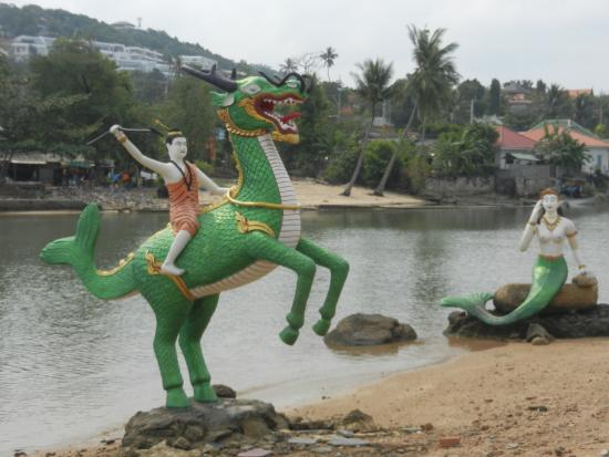 Bophut, Thailand: statue nell'area adiacente