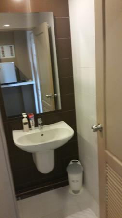 The Cottage Suvarnabhumi: Waschbecken. Bad sehr klein.