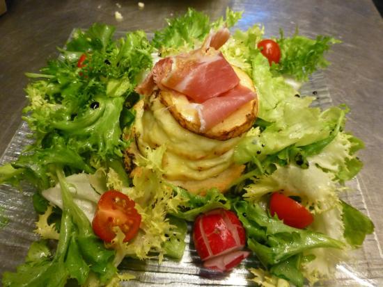 Vernoux-en-Vivarais, France: salade ardechoise en millefeuille de pommes et lard fumé
