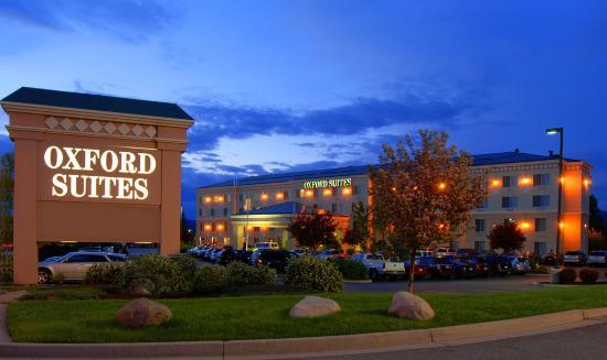 Oxford Suites Spokane Valley: Exterior night view
