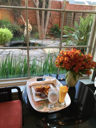 The Guesthouse on Allen Street : Beautiful setting for a made-to-order breakfast, delivered right to the room.
