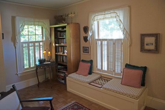 Maples Inn: Couch im ersten Stock