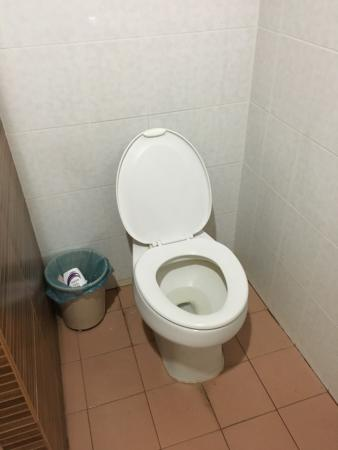 Muangphol Mansion: Bed bottle and toilet