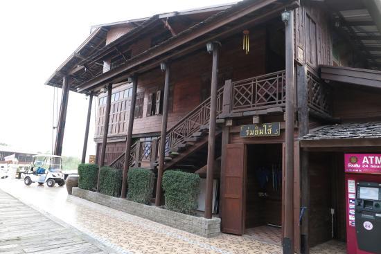Maha Rat, Tailandia: เรือน อาคารแบบโบราณ จำหน่าย กาแฟ  ครับ