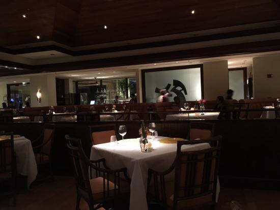 Hoku's: Полупустой зал ресторана