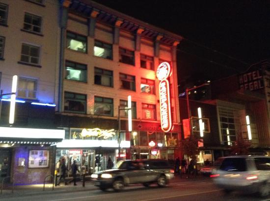 SameSun Vancouver: ホテル外観。夜でも見つけやすく、迷わずに着きました。