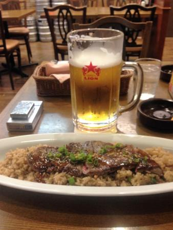 Brasserie Ginza Lion Haneda Kukou: リッタービールとステーキガーリックピラフ