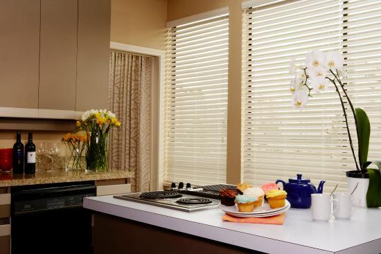 Rosellen Suites At Stanley Park: Penthouse Kitchen