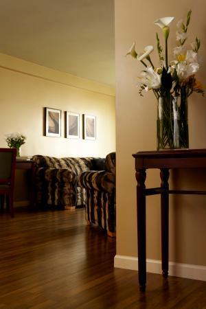 Rosellen Suites At Stanley Park: 2 Bed 1 Bath Classic Suite - Livingroom