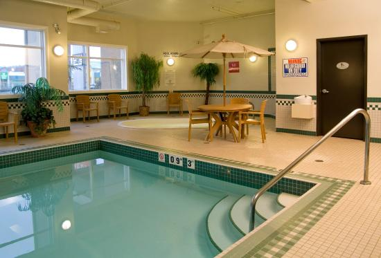 Merit Hotel & Suites: Indoor Pool