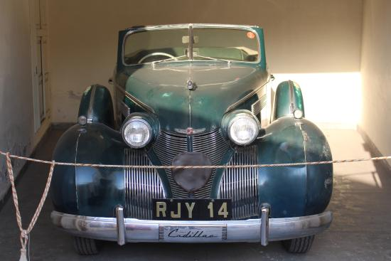 Side View of Morris Minor 1000 Traveller - Picture of Vintage