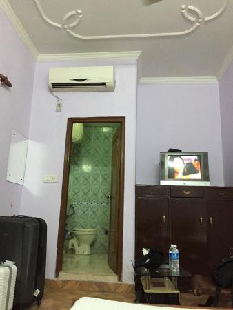 OYO 7655 Om Paradise Hotel: Inside room 2008 - water leakage -very soiled in general