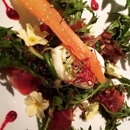 """Montagny-près-Yverdon, Swiss: Salade de dent-de-lion à la viande séchée du Valais et un oeuf """"mollet"""""""