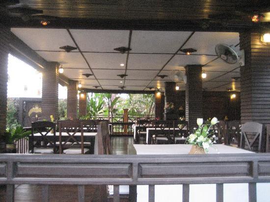 Villa Vang Vieng Riverside: Restaurant main area